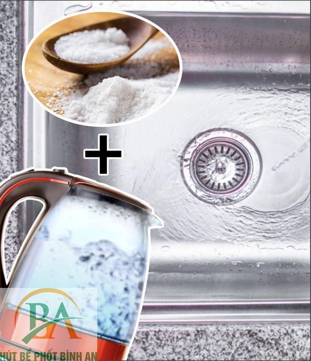 cách thông cống bằng muối an và nước sôi
